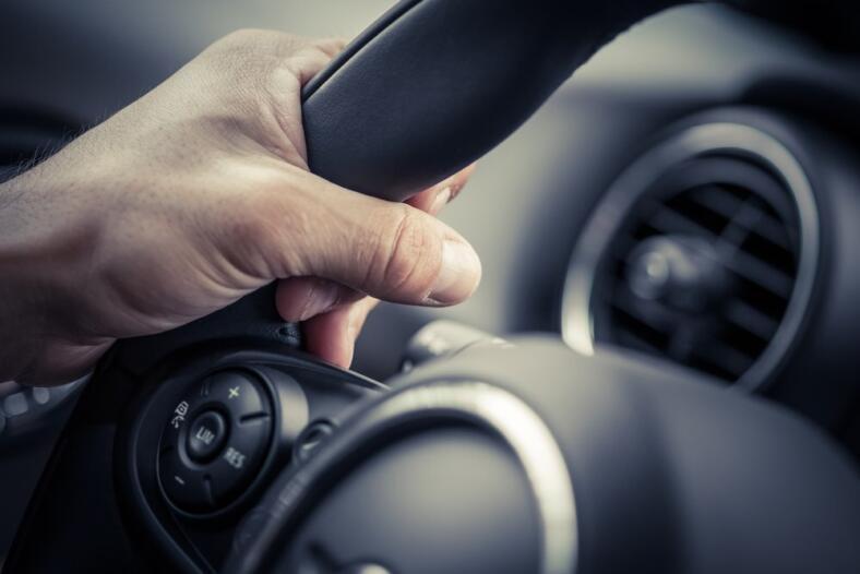 Dlaczego kierownica chodzi tak ciężko. Objawy awarii pompy wspomagania.