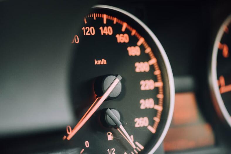 Jak zabezpieczyć się przy kupnie auta na wypadek cofniętego licznika?